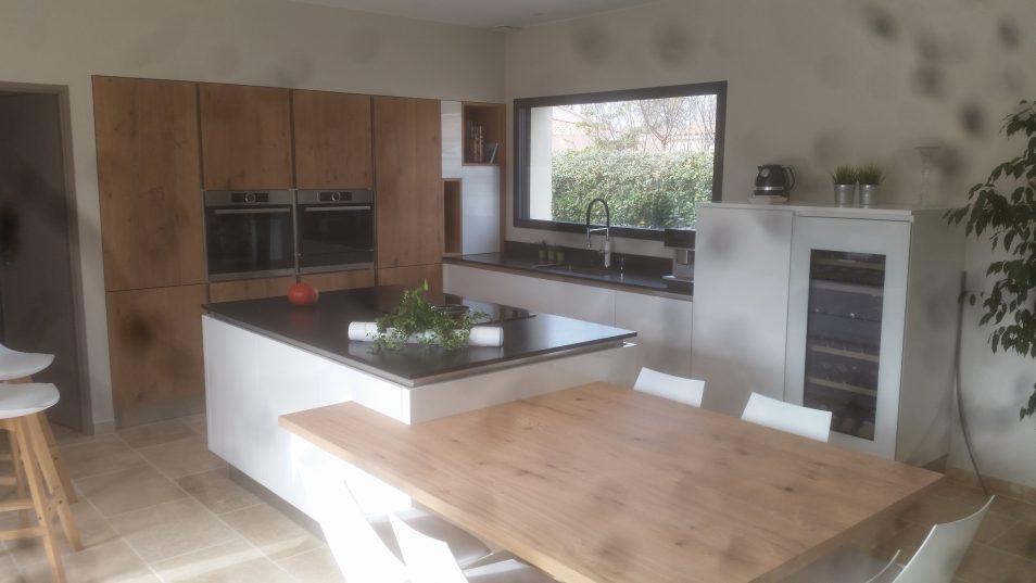 Réalisation d'une cuisine bois et laque et plan de travail granit par SOCODI cuisines aix en provence