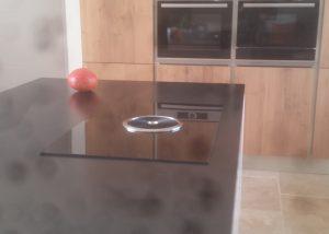 Réalisation de cuisine chêne plaqué et hotte intégrée cuisson BORA par SOCODI cuisines aix en provence