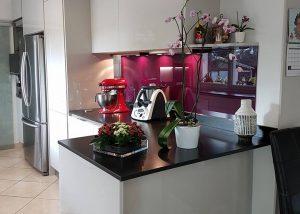 Réalisation d'une cuisine porte laque grise et plan de travail granit par SOCODI Veneta cuisines aix en provence