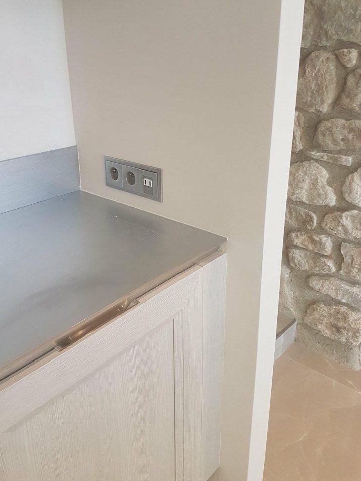 Réalisation d'une cuisine portes stratifié bois et plan de travail en inox ice design suter par SOCODI Veneta cuisines aix en provence
