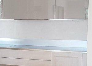 Réalisation d'une cuisine portes stratifié bois, laque monoface et plan de travail en inox ice design suter par SOCODI Veneta cuisines aix en provence