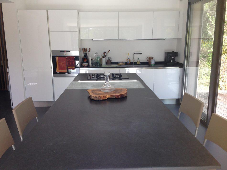 Réalisation d'une cuisine portes stratifié bois, laque double face et plan de travail granit par SOCODI Veneta cuisines aix en provence