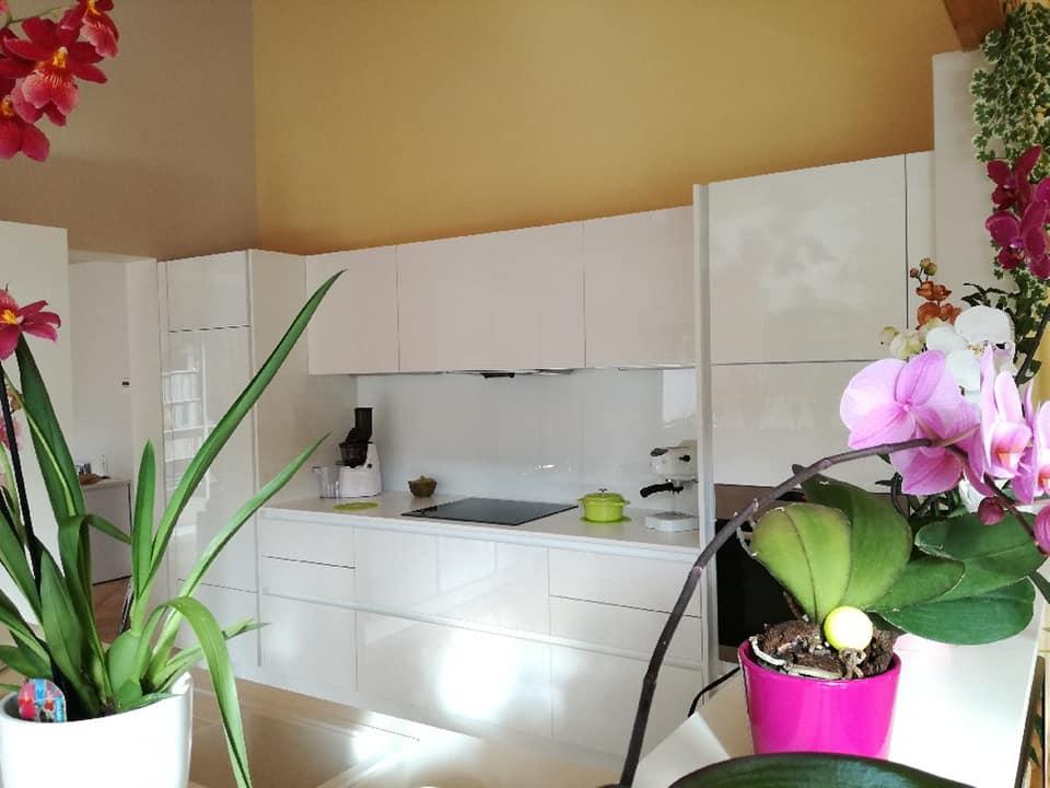 Réalisation de cuisine laque monoface blanche plan de travail stratifié blanc et crédence verre blanc par socodi veneta cuisines aix en provence