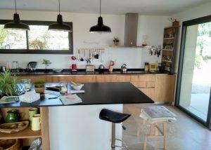 Cuisines avec portes bois plaqué, plan de travail en granit posé par SOCODI VENETA cuisines sur aix en provence saint cannat