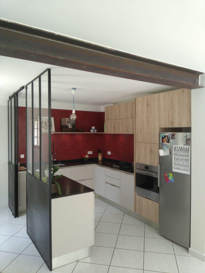 Cuisine en porte stratifié bois chêne portes gris mat plan de travail granit noir zimbabwe posée par SOCODI VENETA CUISINES a aix en provence saint cannat