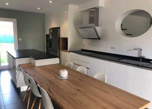 Cuisine porte laqué blanc biface plan de travail granit noir zimbabwe cuir table chêne posé par SOCODI VENETA a aix en provence saint cannat