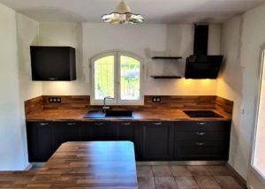 Réaliation et pose de cuisine porte à cadre pvc bois anthracite et plan de travail stratifié noyer lamellé sur aix en provence salon de provence saint cannat